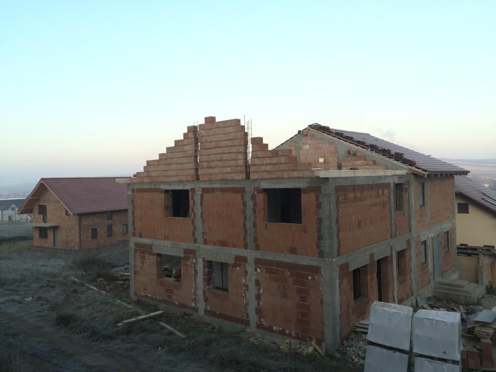 Bau Doppelhaus in rot, Sura Mare